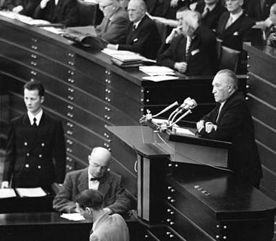 Bundeskanzler: Konrad Adenauer